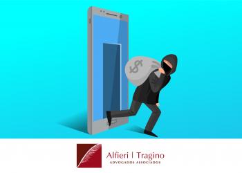 Ladrão vestido de preto com máscara no rosto carregando um saco cinza de dinheiro, saindo da tela de um celular